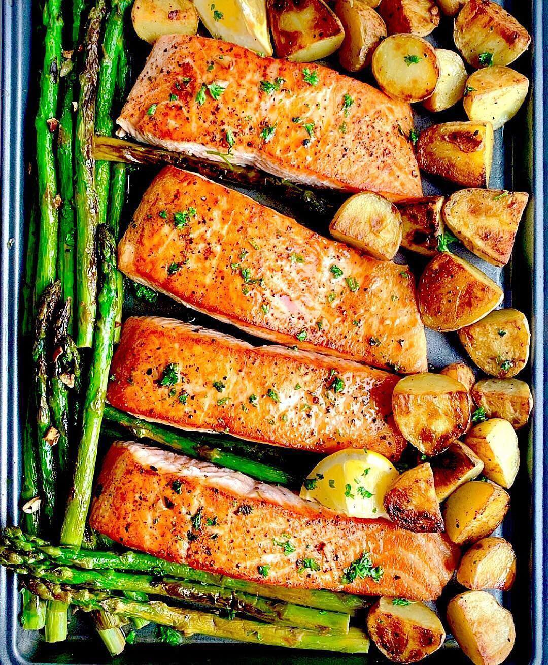 Is salmon your favorite fish?⠀.⠀Lemon garlic butter baked salmon with crispy p…